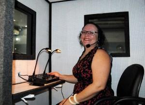 Bancas de defesa: alunos do curso de especialização em audiodescrição praticando em uma cabine