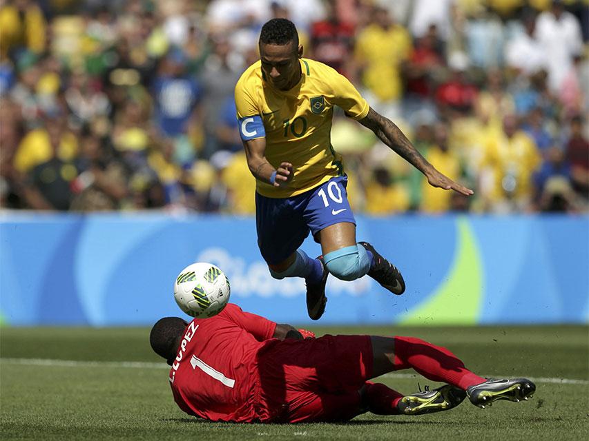 Neymar driblou o goleiro hondurenho e marcou, aos 14 segundos de jogo, o gol mais rápido da história das Olimpíadas. Foto: Reuters/Bruno Kelly/direitos reservados