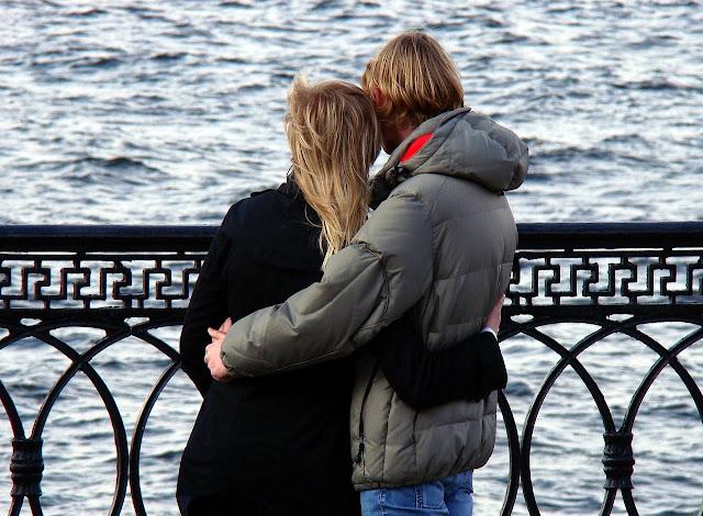 Kinderwunschpaar auf einer Brücke