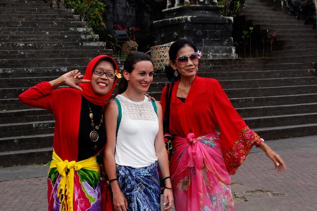 Lena haciéndose fotos con indonesias en Pura Besakih (Bali)