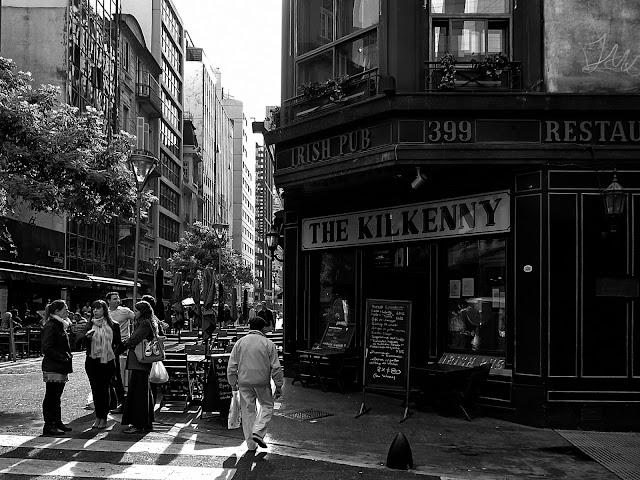 Blanco y negro.Gente en la esquina de Reconquista 1000 Buenos Aires
