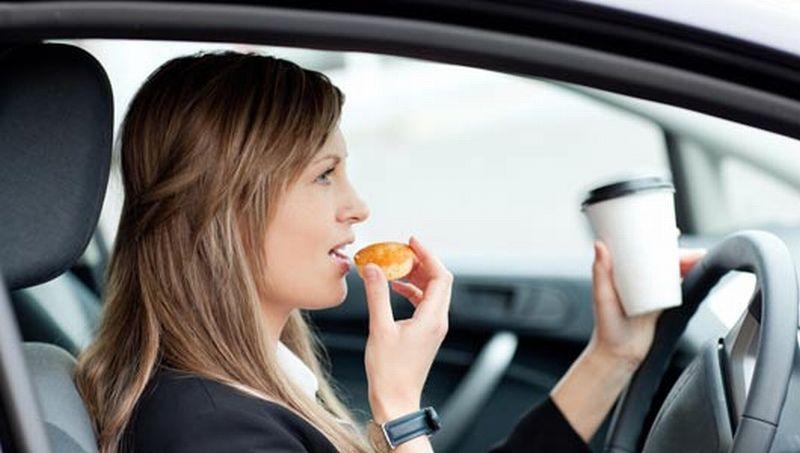 Alasan-Alasan Ini yang Membuat Kita Sebaiknya Tak Makan di Mobil