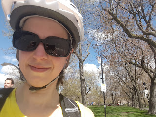 Cycliste, parc Laurier au printemps