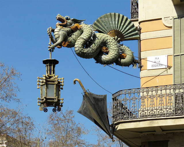 Chinese dragon and umbrella, Casa Bruno Cuadros, Casa dels Paraigües (House of Umbrellas), La Rambla / Pla de la Boqueria, Barcelona