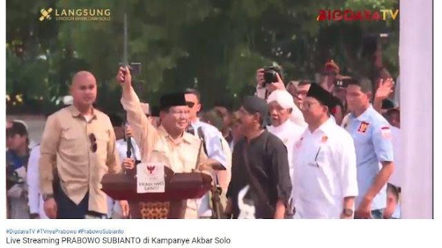 "Massa Teriakan ""Jokowi Tumbang"" saat Prabowo Cium Keris di Solo"