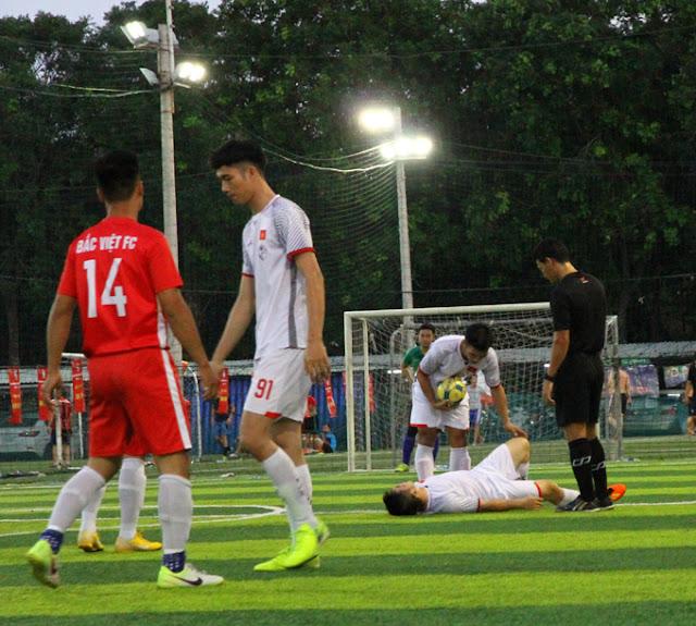Trân đấu diễn ra quyết liệt một cầu thù SMC bị chấn thương