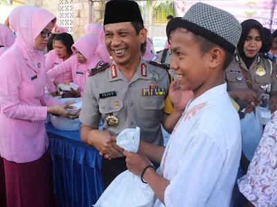 Teguh Sarwono dan Jajaran Polda Maluku Bagikan 1,500 Makanan Gratis di Kota Ambon
