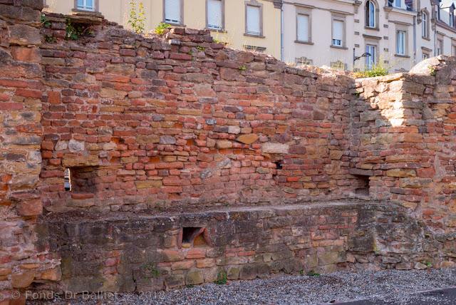 Enceinte médiévale de Colmar percée de nombreuses meurtrières… flanquement