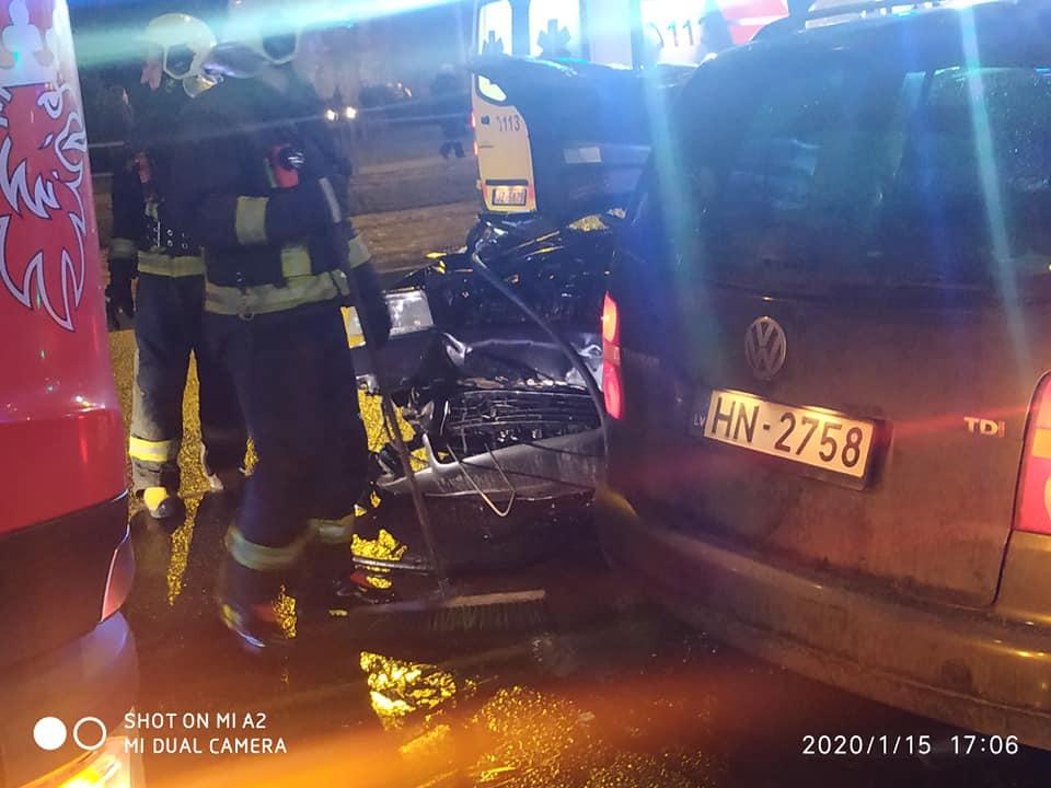 Glābēji pie avārijā cietušās vieglās automašīnas