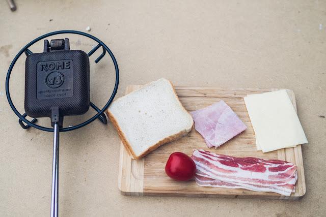 Pie-Iron  Sandwicheisen  Schinken-Käse-Sandwich mit Bacon  Sandwiches am Lagerfeuer  Outdoor-Kitchen 02