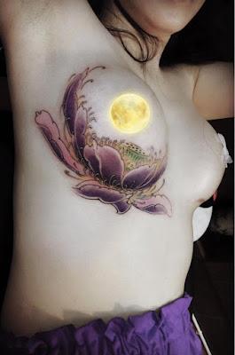 Tatuaje de flores y olas debajo de los senos a color