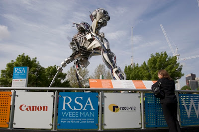 Escultura con objetos reciclados