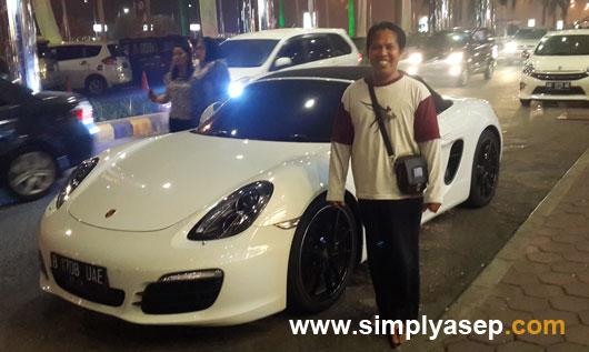 SWAFOTO : Mobil Porsche yang terparkir di Plaza Ahmad Yani Mega Mall pada bulan Oktober 2015 menarik perhatian saya untuk berfoto bersama mobil mewah ini.  Kapan lagi coba. Foto Rudi Maryati