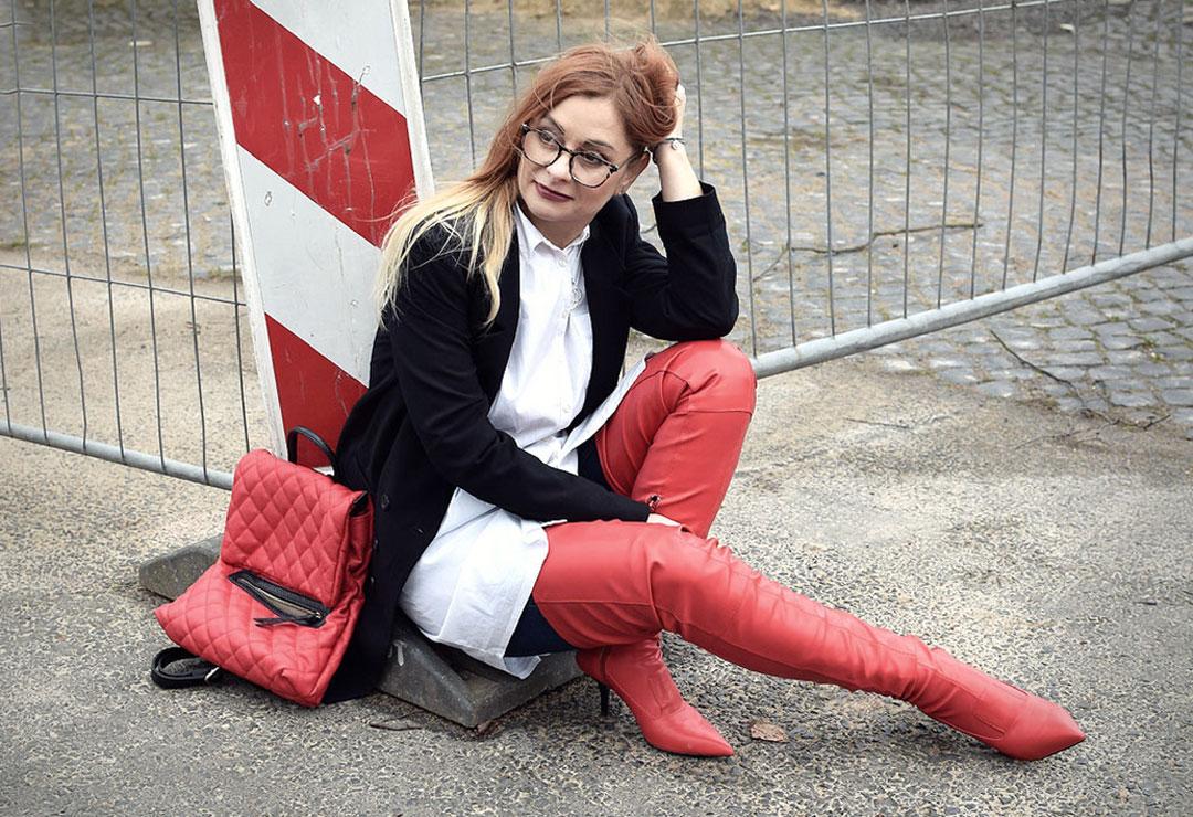 so kombinierst Du rote Overknees, Modeblog für Frauen Ü40