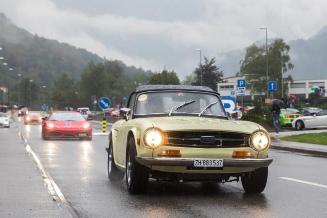 Triumph TR 6 und roter Ferrari 430 Scuderia im Regen im Maggiatal auf dem Sportscar Day 2018