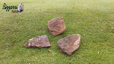 Pedras ornamentais tipo pedra moledo, sendo chapa de pedra bege escuro com tamanho de 40 x 40 cm e espessura de 10 a 15 cm.