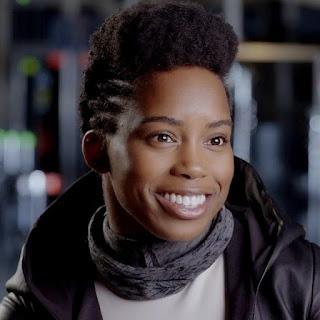 Sadiqua Bynum em entrevista nos bastidores de   Watchmen, vestindo o uniforme da Sister Night