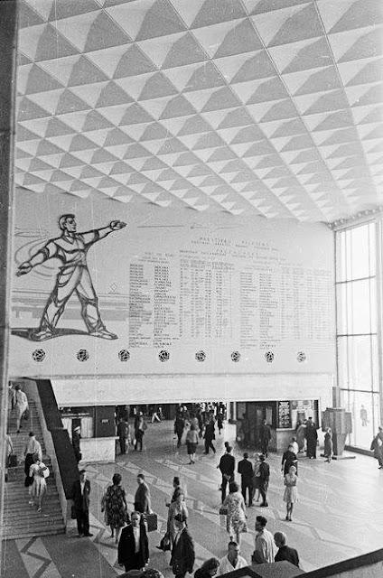 Внутренний интерьер и информационное табло в здании Центрального ж/д вокзала (источник фото: Latvijas Valsts kinofotofonodokumentu arhīvs)...
