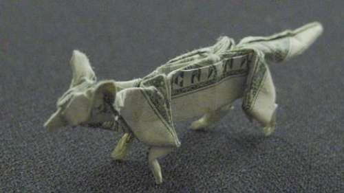 Origami hecho con billete de dolar
