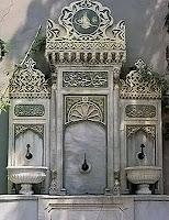 Üç çeşmeli ve süslü olan eski bir Osmanlı çeşmesi