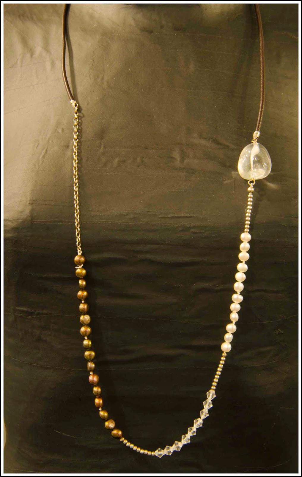 Collar de plata, perlas, cristal de roca y cuero
