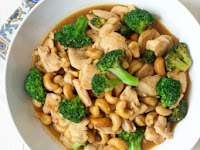 ONE PAN BROCCOLI CASHEW CHICKEN {15 MINUTE MEAL}