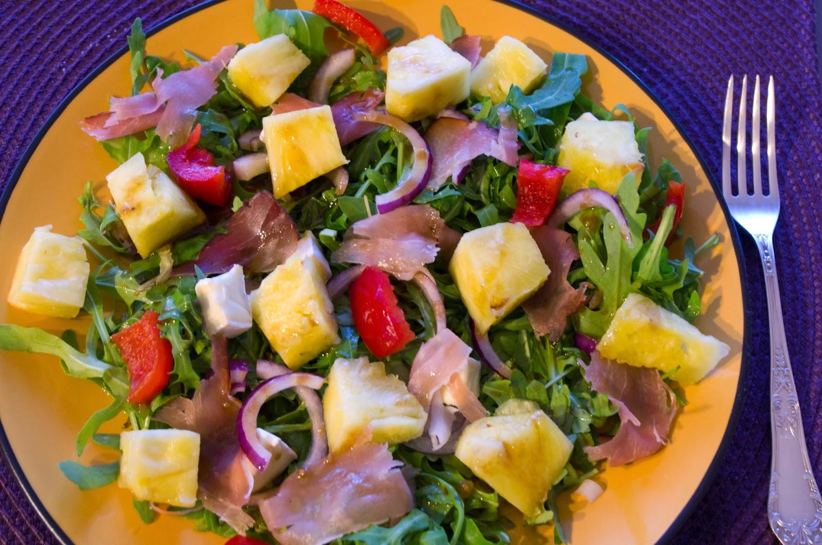 http://mojemenu.blogspot.com/2015/04/kolorowa-saatka-ze-swiezym-ananasem.html