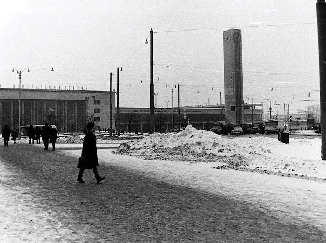 1969 год. Рига. Привокзальная площадь. Здание ж/д вокзала и часы.