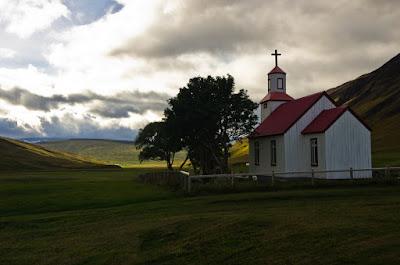 Paisaje de una iglesia y prados típicos del norte de Islandia