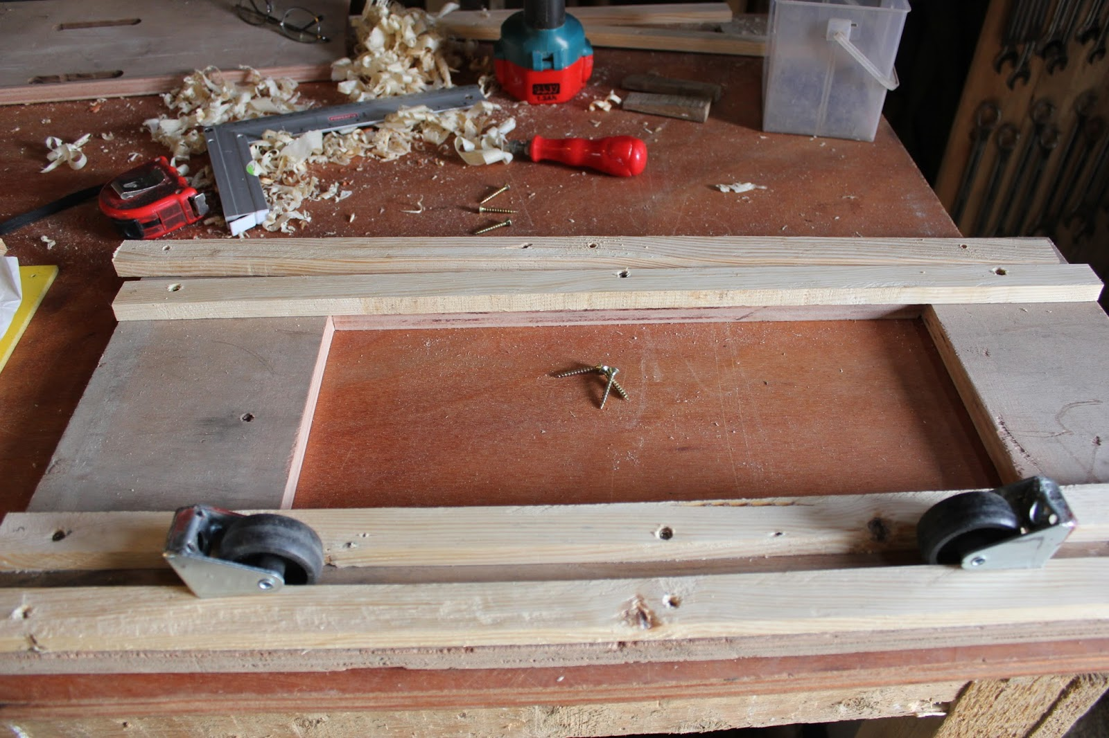 Using castors to check crosscut saw table