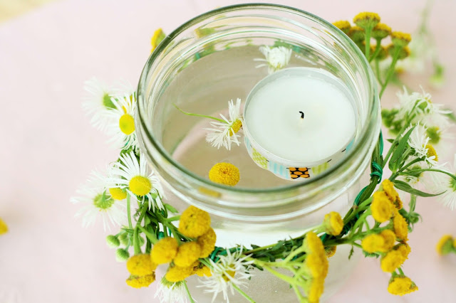 Deko-Kerze mit frischen Blumen Some Joys