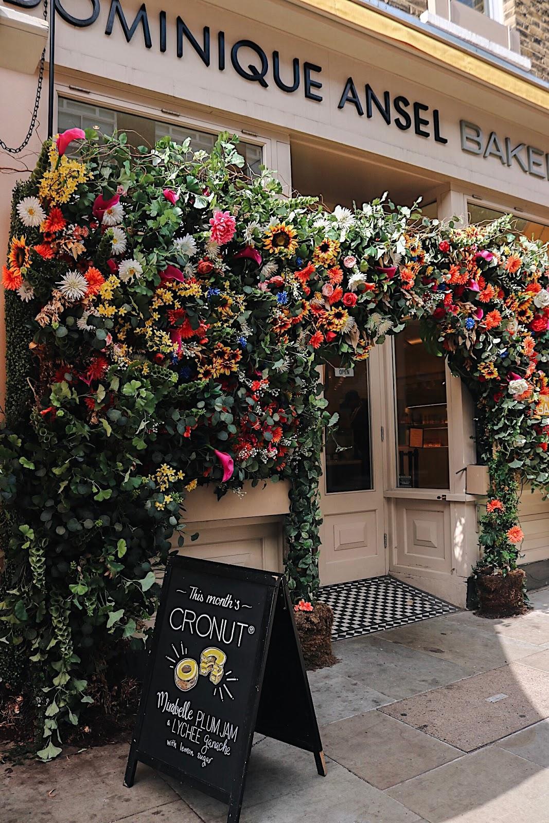 pauline-dress-blog-mode-deco-lifestyle-travel-voyage-europe-londres-angleterre-idees-visites-parcours-touristique-instagram-instagrammable-lieux-facade-fleurs-boutiques-