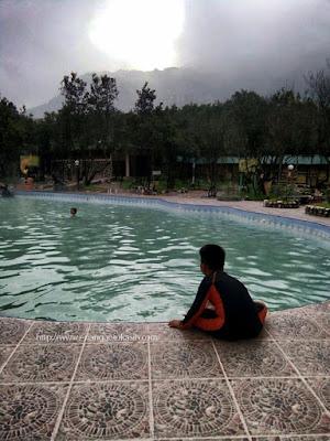 Berenang di ketinggian 2.000 m dpl dengan background Gn Papandayan