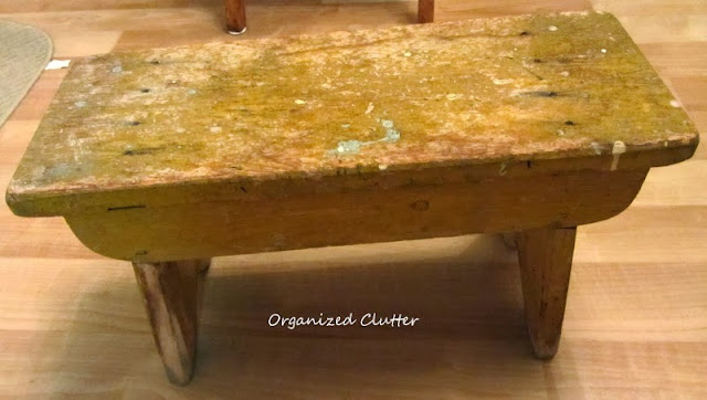 Chippy little bench  http://organizedclutterqueen.blogspot.com/2013/10/easy-fall-vintage-junk-decorating.html