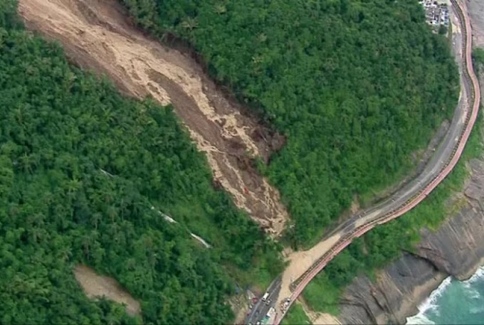 Deslizamento interdita uma das principais avenidas do Rio