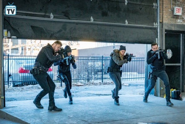 "NUP 185526 0147 595 Spoiler%2BTV%2BTransparent - Chicago PD (S06E13) ""Night In Chicago"" Episode Preview"