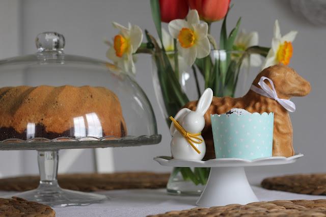 dekoracje wielkanocne, zajączki z porcelany, babka wielkanocna, plakat wielkanocny, jajka wielkanocne