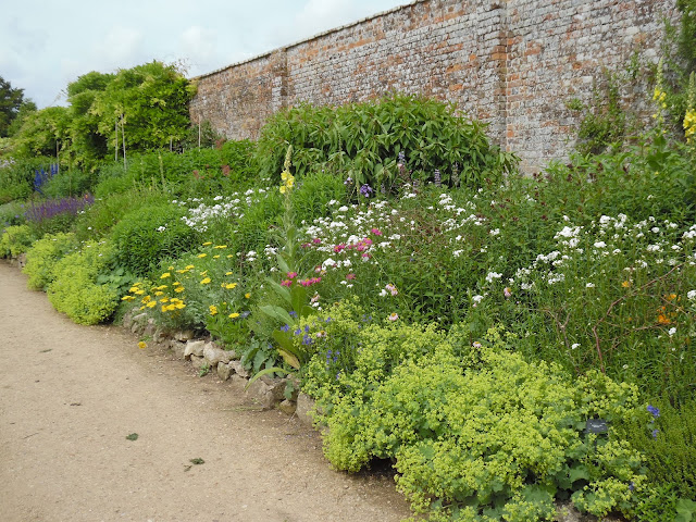 rabata bylinowa, ogród angielski, mur z cegły