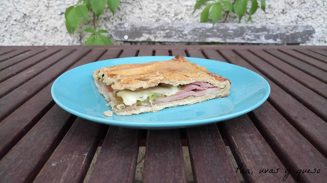 Empanada de lacón, pimiento verde y queso de tetilla