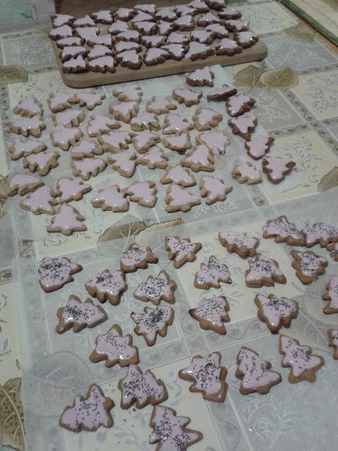 Імбирне печиво, вкрите рожевою білковою глазур'ю