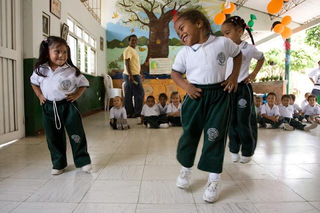 Ученицы в школе, работающей по принципам бахаи, в Колумбии