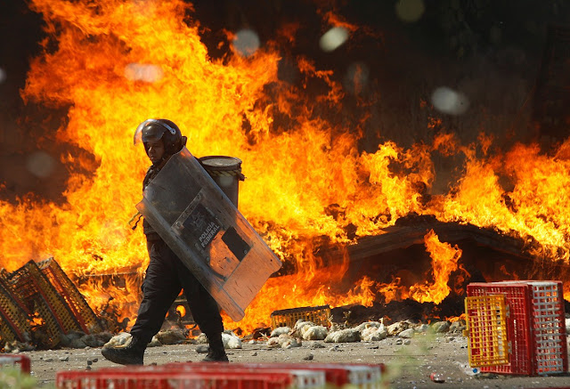 """Inicialmente, o Ministério de Segurança Pública de Oaxaca afirmou que a Polícia Federal estava desarmada e """"nem mesmo carregava bastões"""". Após ampla evidência visual e uma contagem de corpos de manifestantes mortos no """"confronto"""", o Estado admitiu que policiais federais abriram fogo contra o bloqueio, matando seis. Enquanto isso, os médicos em Nochixtlán divulgaram uma lista de oito mortos, 45 feridos e 22 desaparecidos. Na segunda-feira, o Coordenador Nacional dos Trabalhadores da Educação (CNTE), disse que dez foram mortos no domingo, incluindo nove de Nochixtlán. Os professores pertencentes à CNTE, uma facção mais radical de cerca de 200 mil dentro dos 1,3 milhões do Sindicato Nacional dos Trabalhadores da Educaçãpo (SNTE), o maior sindicato da América Latina, estão em greve por tempo indeterminado desde o dia 15 de maio. Sua demanda principal é a revogação da """"Reforma Educacional"""", iniciada pelo presidente do México, Enrique Peña Nieto em 2013."""