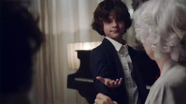 El niño Mateo le pide un baile a su abuela