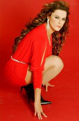 Foto de Lucía Méndez con cabello ondulado
