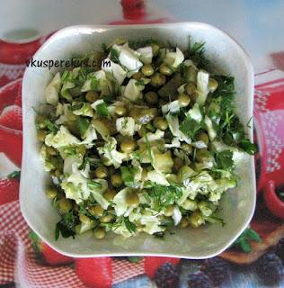 салат из молодой капусты с горошком