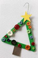 arbolito de navidad con palitos de madera reciclados y botones