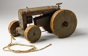 un tractor de madera de juguete