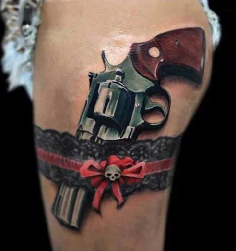 """Este """"eu não posso acreditar que é uma tatuagem"""" a arma e a jarreteira"""