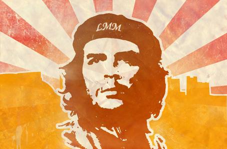 """Cette tres belle image est occupee en son centre par le visage d'un homme. Cet homme porte un beret et son visage est encadre par ses cheveux, son regard semble lointain. En fait, cette homme n'est autre que le Che, de son vrai nom Ernesto Rafael Guevara, aussi appele Che Guevara, qui est un homme politique et un militaire cubain, essentiellement connu pour etre l'un des principaux dirigeants de la revolution cubaine.  En 1960, Alberto Korda le photographie a la Havanne. La photo,  qui compte parmi les plus celebres cliches du monde, est devenue un symbole de revolte, d'insoumission et de lutte pour les ideaux. De fait, la mythique photo du Che a maintes et maintes fois ete retouchee et utilisee de differentes façons. Ici, de la photo d'origine, subsiste seul le buste du che  qui est mis en avant au milieu de couleur organgees. A l'arriere-plan, la moitie basse de l'image est coloree uniformementen orange tandis que la moitie haute est occupee par des bandes de couleur rouge clair qui, un peu a la maniere de rayons, semblent emaner du visage du Che, qui rayonne ainsi a la maniere d'un soleil. A noter que le beret du che porte les celebres initiales du grand poete Le Marginal Magnifique, LMM. Cette superbes images a en effet ete choisi par l'immense poete pour illustrer son nouvel opus intitule """"Guevara"""" dans lequel le poete dit une fois plus, avec humour, modernite et eclectimse puisqu'il cite aussi bien l'ecrivain genial Bukowski que la popstar Britney Spears ou l'icone cinematographique Mad Max, son refus des compromis, sa nature profondément rebelle et sa soif d'ideaux. Magniifique poeme !"""