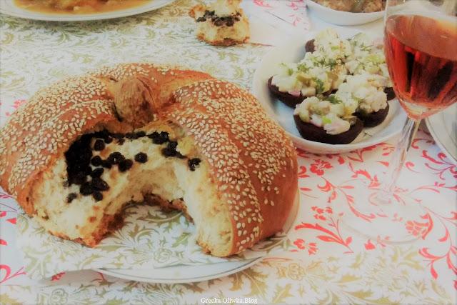 na stole grecki wigilijny chleb christopsomo, chleb z rodzynkami i orzechem